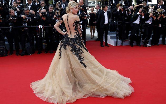 La actriz y modelo Hofit Golan posa en su llegada a la premiere de 'La Tete Haute'.