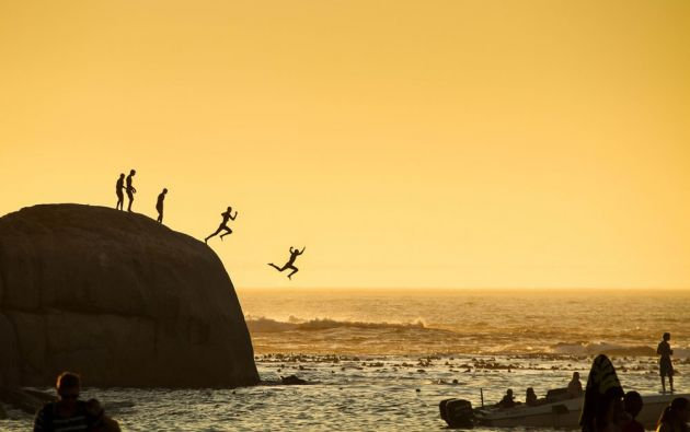 Niños en Clifton Beach en Ciudad del Cabo saltando en el océano Atlántico. / SLAWEK KOZDRA