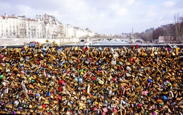 Estanque de l' Archeveche. Miles de candados cerrados por parejas como un símbolo de amor eterno./ MARTYNA BLASZCZYK
