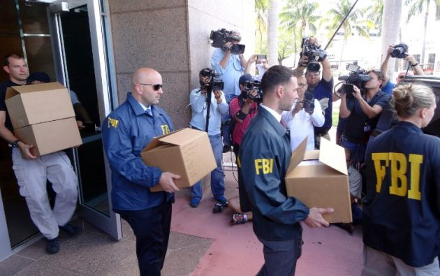 Agentes del FBI tienen cajas con documentos de los jefes de la organización del fútbol de la CONCACAF después de una redada el 27 de mayo 2015, en Miami Beach, Florida./ DIEGO URDANETA / AFP