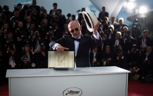 """El director francés Jacques Audiard posa con su premio durante una sesión fotográfica después de que fue galardonado con la Palma de Oro por su película """" Dheepan """" AFP PHOTO / BERTRAND LANGLOIS"""