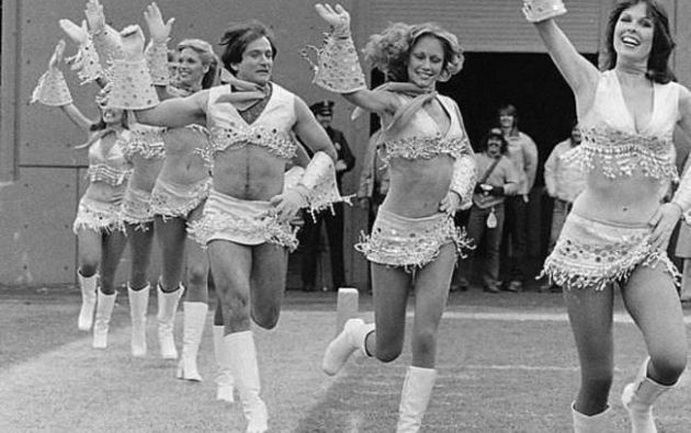 Robin Williams en un grupo de cheerleaders.