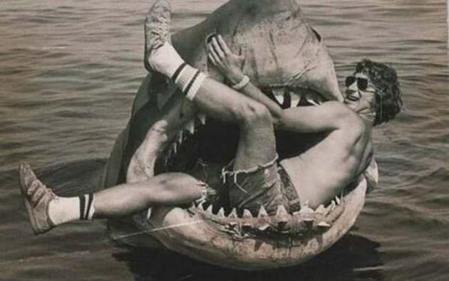 Steven Spielberg posa sobre el tiburón mecánico creado para uno de sus filmes más populares.