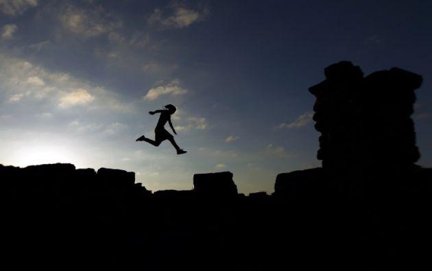 Mohamed Eid Al-Abed Hawwari, un hombre libanés de Bengasi, practica sus habilidades de Parkour, en el sitio arqueológico de la antigua ciudad griega de Cirene. ABDULLAH DOMA / AFP