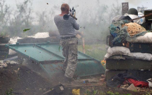 Un servidor de incendios ucraniano con un lanzagranadas se encuentra en posición de primera línea en la lucha contra los separatistas pro-rusos cerca de Donetskeste. GENYA SAVILOV / AFP