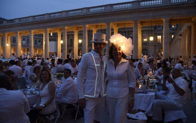 """El """" Diner en Blanc """" es un fenómeno de picnic elegante secreto estilo pop-up comenzó originalmente en Francia. AFP PHOTO / DOMINIQUE FAGET"""