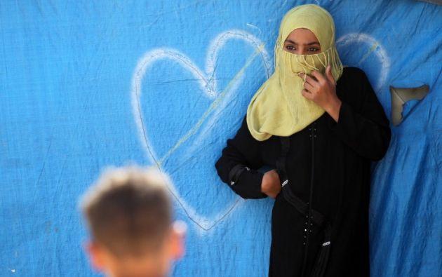 Una mujer iraquí se encuentra fuera de una tienda de campaña en un campamento improvisado para los desplazados internos. AHMAD AL-RUBAYE / AFP