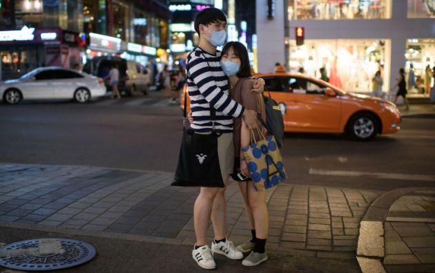 Una pareja lleva mascarillas mientras se abrazan en una calle de Seúl el 10 de junio de 2015.ED JONES / AFP