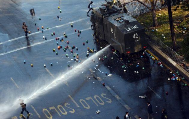 Estudiantes y profesores de Chile protestan contra lo que ellos llaman reformas educativas inadecuadas.RODRIGO ARANGUA / AFP