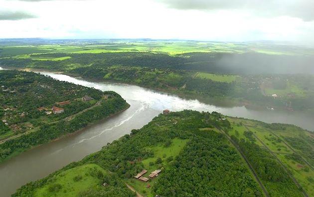 Los tres países se juntan en el Río Iguazú y Paraná. Este lugar es conocido como la triple frontera, donde se juntan Brasil, Argentina y Paraguay.