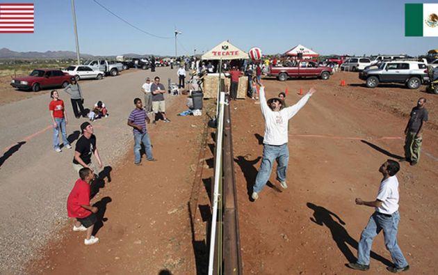 Habitantes de Naco (México) y Naco (USA) jugando volley