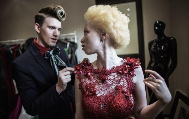 Un abogado sudafricano y la modelo albina Thando Hopa . GIANLUIGI GUERCIA / AFP