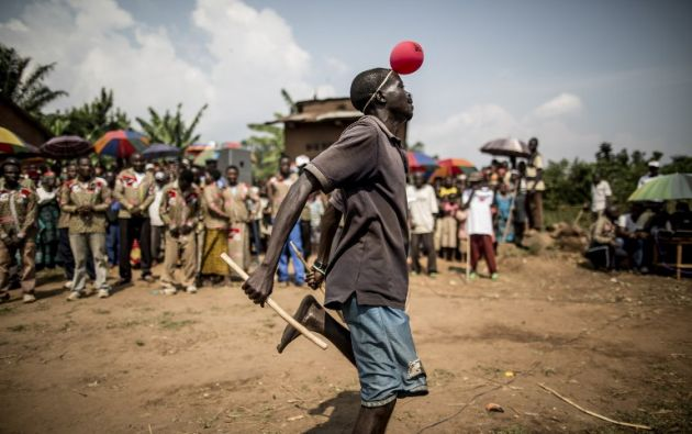 Un hombre baila como partidario del partido en el gobierno de Burundi CNDD -FDD (Consejo Nacional para la Defensa de la Democracia - Fuerzas para la Defensa de la Democracia) en un mitin en Rubiza. MARCO LONGARI / AFP
