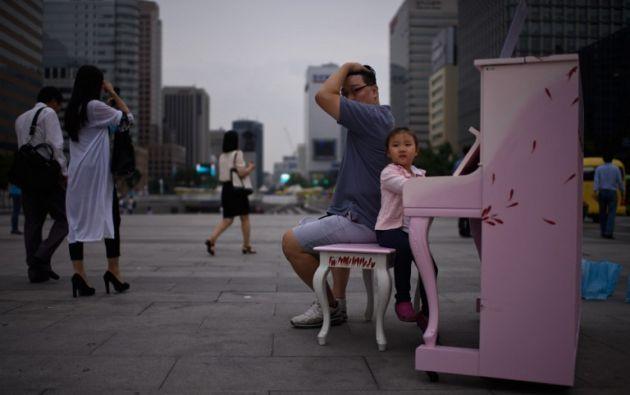 Un niño se sienta en un piano en la plaza de Gwanghwamun en Seúl. ED JONES / AFP