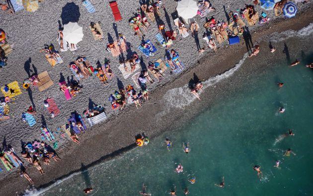 Bañistas en la playa de Abjasia – Rusia.