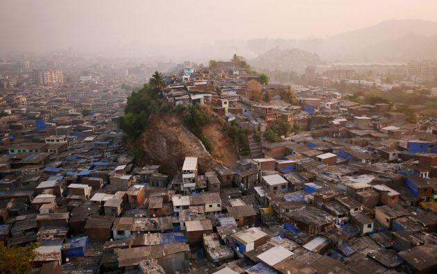 """Montículo conocido como """"colina 3″ en los barrios marginales al norte de Mumbai - India."""