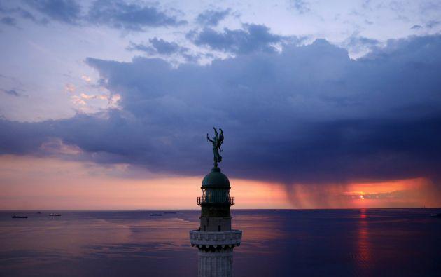 Faro de la Victoria en el golfo de Trieste - Italia.