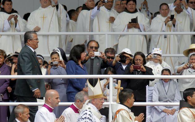 Al paso de Francisco, los fieles sacaban sus dispositivos para sacarle fotos.