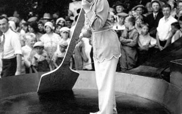 Preparativos para hacer el omelete más grande del mundo. 1931