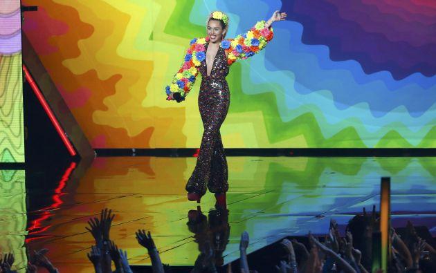 Miley Cyrus fue la maestra de ceremonias de esta edición. En el escenario, lució varios extravagantes trajes.