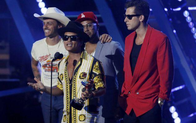 """Mark Ronson (derecha) y Bruno Mars reciben el premio a mejor vídeo masculino por """"Uptown Funk""""."""