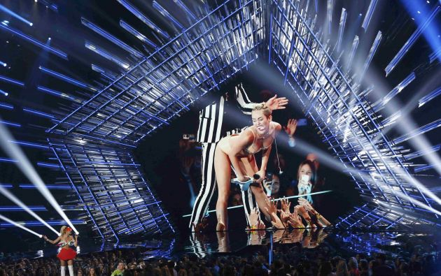 Miley Cyrus recuerda en la pantalla su actuación del año pasado en los VMA.
