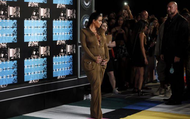 Kin Kardashian lució su segundo embarazo en un traje entero de tono militar.