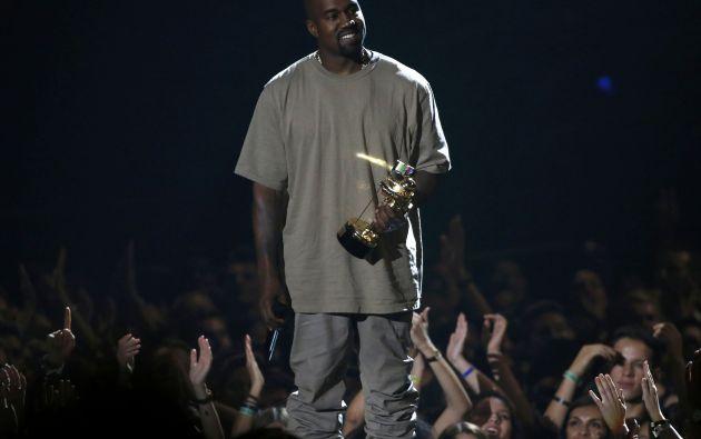 Kanye West con su galardón.