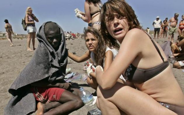 2006: turistas y migrante en una playa de Canarias. Foto: Arturo Rodríguez
