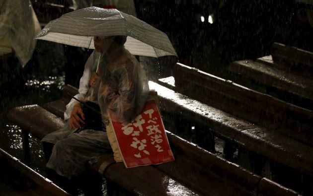 Un hombre asiste a una manifestación contra proyecto de ley de seguridad del primer ministro japonés y su gobierno, durante las fuertes lluvias. Foto: REUTERS.