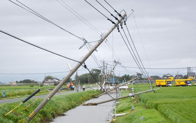 Postes de electricidad caídos debido a los fuertes vientos causados por el tifón. Foto: REUTERS.