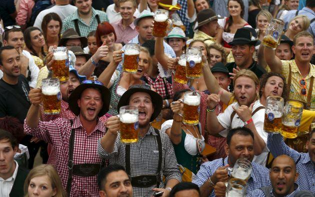 Visitantes brindan con sus tazas de 1 litro durante el día de apertura del Oktoberfest. Foto: REUTERS