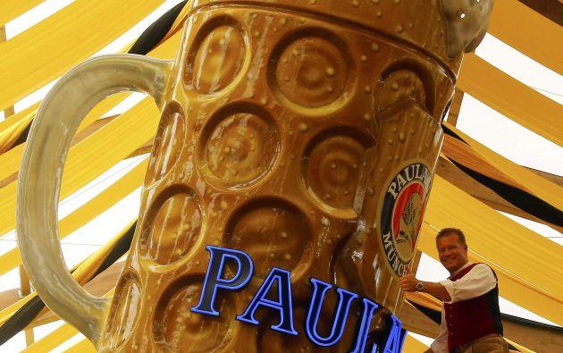 Steinfatt de la cervecería Paulaner presenta una figura enorme jarra de cerveza en la preparación para el Oktoberfest en Munich. Foto: REUTERS