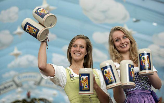 Modelos llevan trajes tradicionales y las la tazas oficiales del Oktoberfest durante una presentación en Munich. Foto: REUTERS