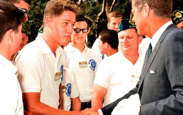 BILL CLINTON. En 1963, un muchacho le da la mano al presidente John F. Kennedy sin pensar que algunas décadas después ocuparía su lugar.