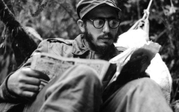 FIDEL CASTRO. El líder cubano leyendo en un puesto de avanzada en la Sierra Maestra (1957).