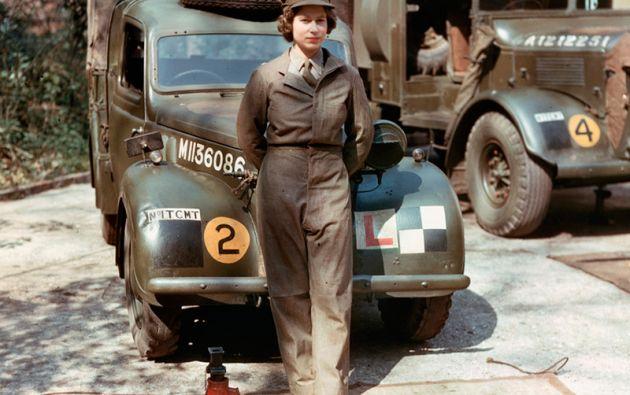 ISABEL II. Una joven princesa posa junto a un camión durante su tiempo en el Servicio Territorial Auxiliar durante la II Guerra Mundial (1945).