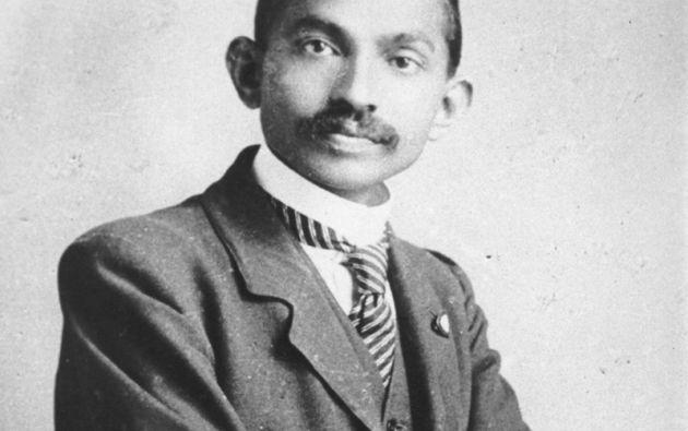 MAHATMA GANDHI. El joven abogado para una foto en 1906.