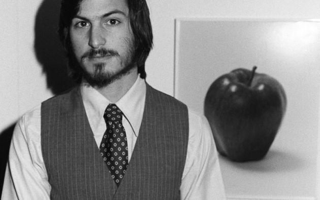 """STEVE JOBS. El genio de Apple posa en la primera """"West Coast Computer Faire"""" en San Francisco, donde la computadora Apple II debutó (1977)."""
