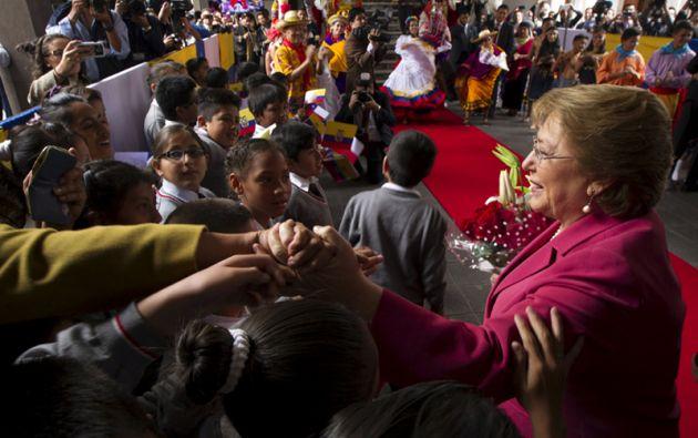Michelle Bachelet saluda a niños e invitados durante su visita. Foto: REUTERS.