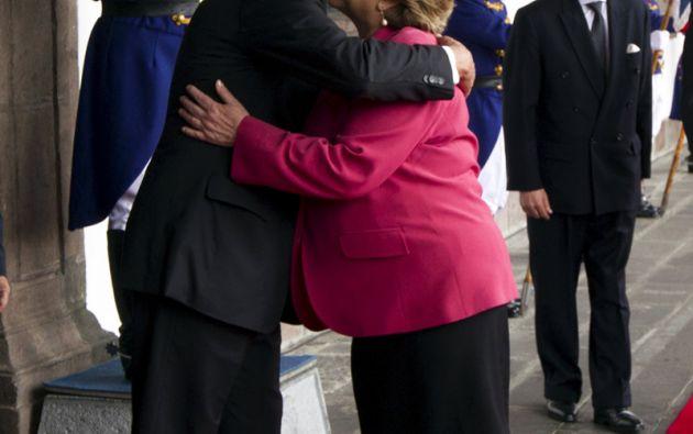 A su llegada, Bachelet saluda al presidente Rafael Correa. Foto: REUTERS.