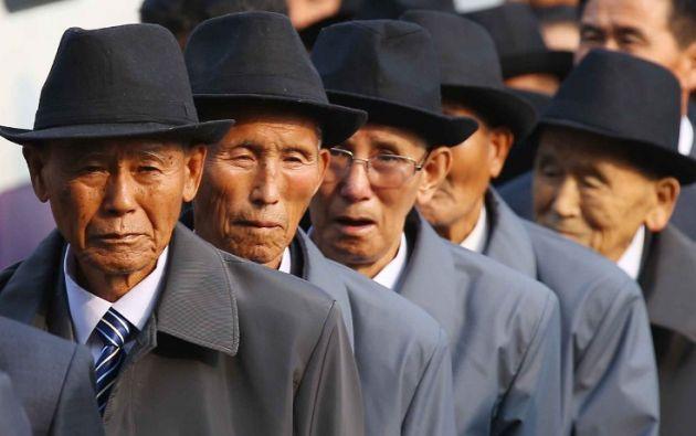 Hombres de edad avanzada de Corea del Norte esperan en fila fuera de un hotel para reuniones individuales con sus familiares surcoreanos. AFP