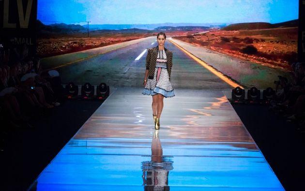 Una modelo presenta una creación de la diseñadora israelí Dodo Bar O durante la Semana de la moda de Tel Aviv. Foto: Jim Hollander / EPA