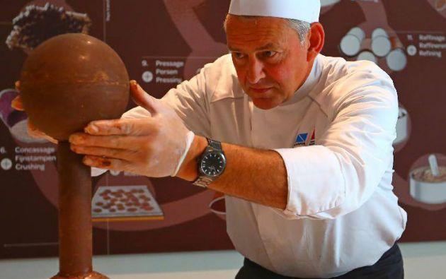 El escultor de chocolate, Peter Mariman, trabaja en la construcción de un Atomium de chocolate.
