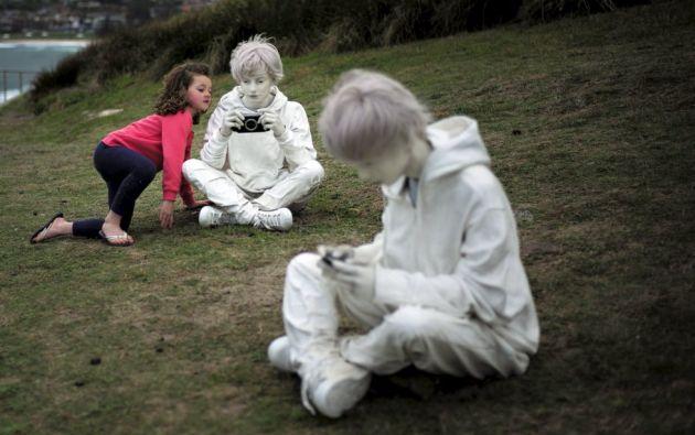 Una niña curiosea la escultura de fibra de vidrio y hierro titulada 'Cotidaneidad, del artista italiano Fabio Pietrantonio, durante la 19 edición de 'Sculpture by the Sea'.  REUTERS