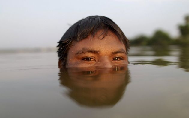 Un indígena guaraní se baña en el río Tocantins antes de los primeros Juegos Mundiales de los Pueblos Indígenas en Palmas (Brasil)  UESLEI MARCELINO (REUTERS)