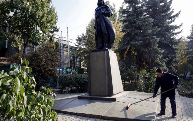 Un barrendero limpia el personaje Darth Vader de la película La guerra de las galaxias que fue sustituido por la estatua de Lenin en Odesa (Ucrania).  VOLOKIN YEVGENY (REUTERS)