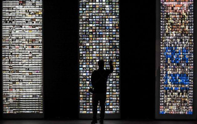 Un hombre observa las obras 'Windows', 'Television' y 'Doors' (de izquierda a derecha), de los artistas Mikhael Subotzky y Patrick Waterhouse, dentro de la muestra 'Making Africa: Un continente de diseño contemporáneo' que reúne las obras de 120 artistas y diseñadores en el museo Guggenheim de Bilbao.  MIGUEL TOÑA (EFE)