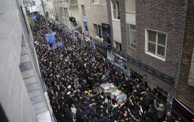 Una multitud de iraníes portan un ataúd con los restos mortales del miembro de la Guardia Revolucionaria Abdudlá Bagheri durante su funeral en Teherán (Irán). Bagueri murió durante un combate contra militantes del Estado Islámico (EI) en Alepo (Siria), según la prensa local.  VAHID SALEMI (AP)