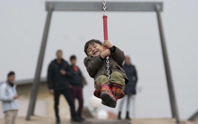 Un niño sonríe mientras juega en un centro para refugiados de Traiskirchen (Austria).  JOE KLAMAR (AFP)